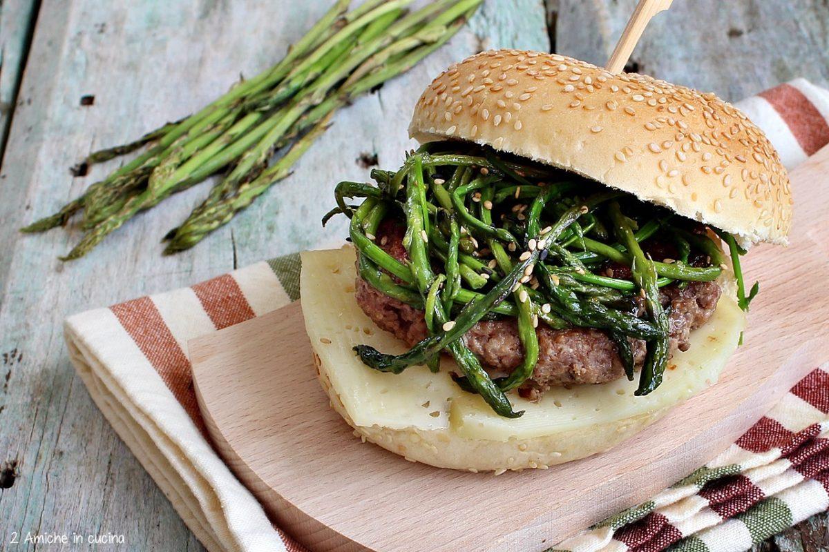 Panino con hamburger di chianina, asparagi selvatici e pecorino di Norcia