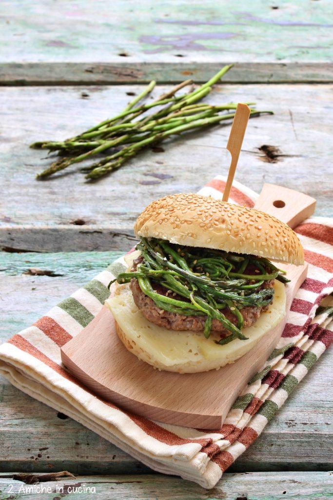 Panino con hamburger asparagi e pecorino