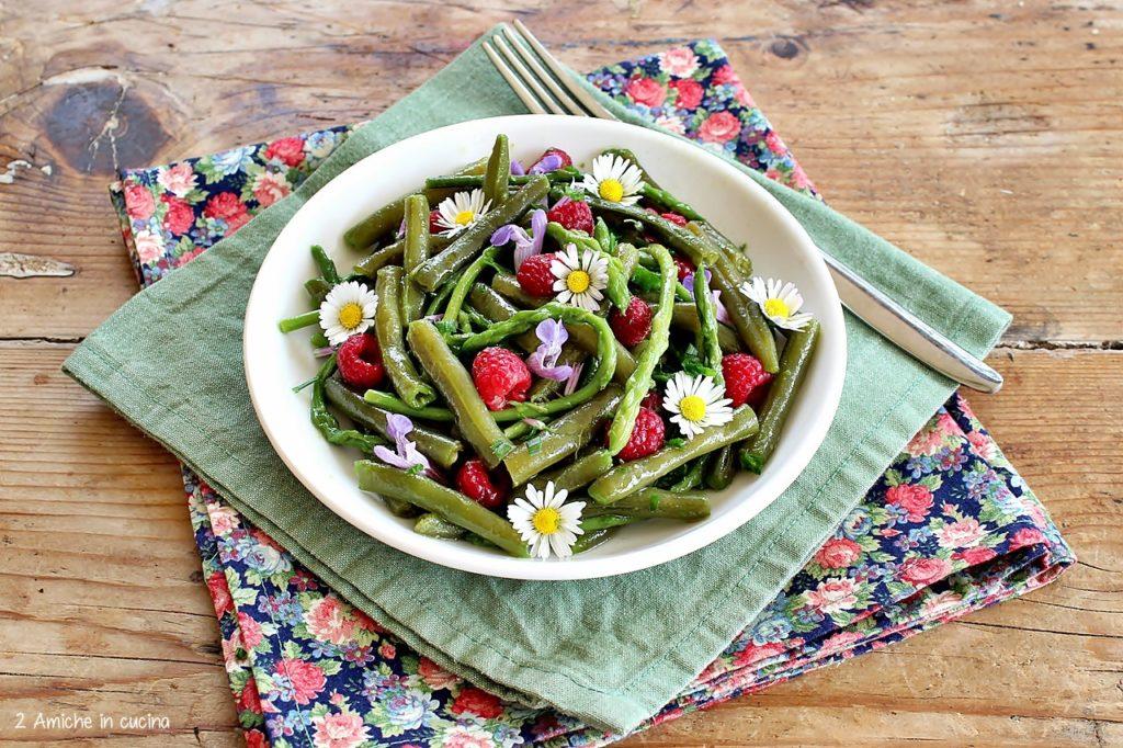 Insalata leggera con verdure di primavera e fiori
