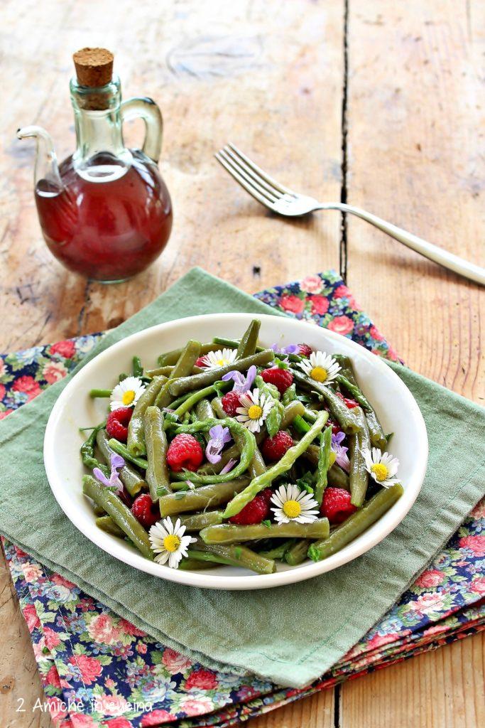 Insalata di fagiolini e asparagi con aceto di lamponi e fiori