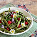 insalata leggera con verdure e fiori di primavera