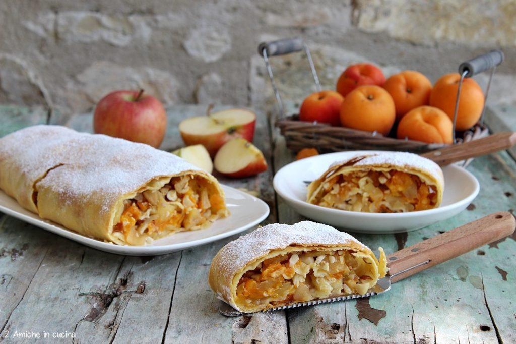 Fetta di strudel di mele e albicocche