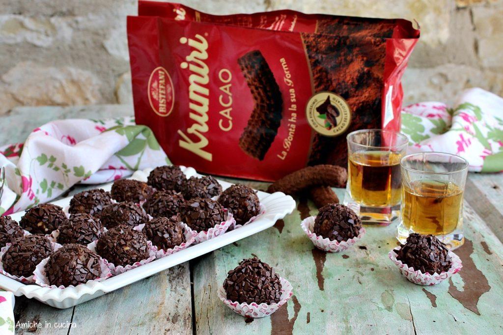 Piccoli tartufi al cioccolato con scaglie di cioccolato fondente e rum