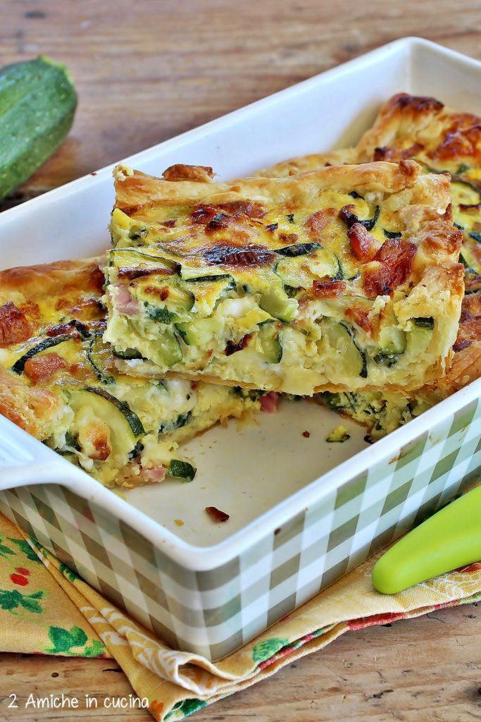 Torta salata con zucchine, uova, prosciutto cotto e formaggio