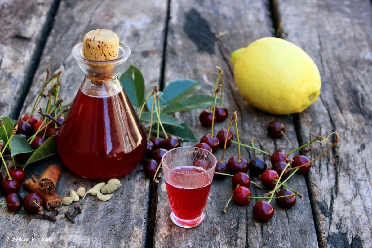 Liquore di visciole e spezie fatto in casa