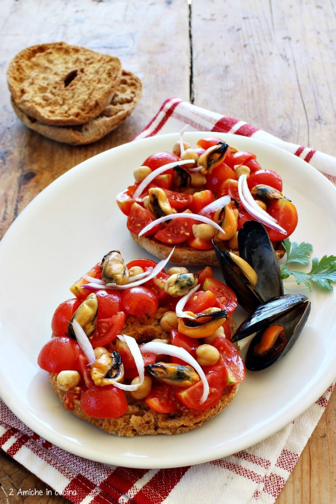 Friselle integrale con pomodori, cozze e cipolla rossa