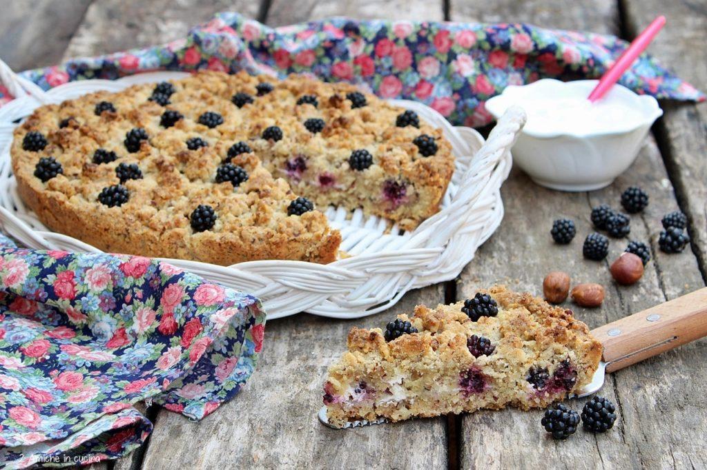 Torta sbriciolata alle nocciole con more e yogurt