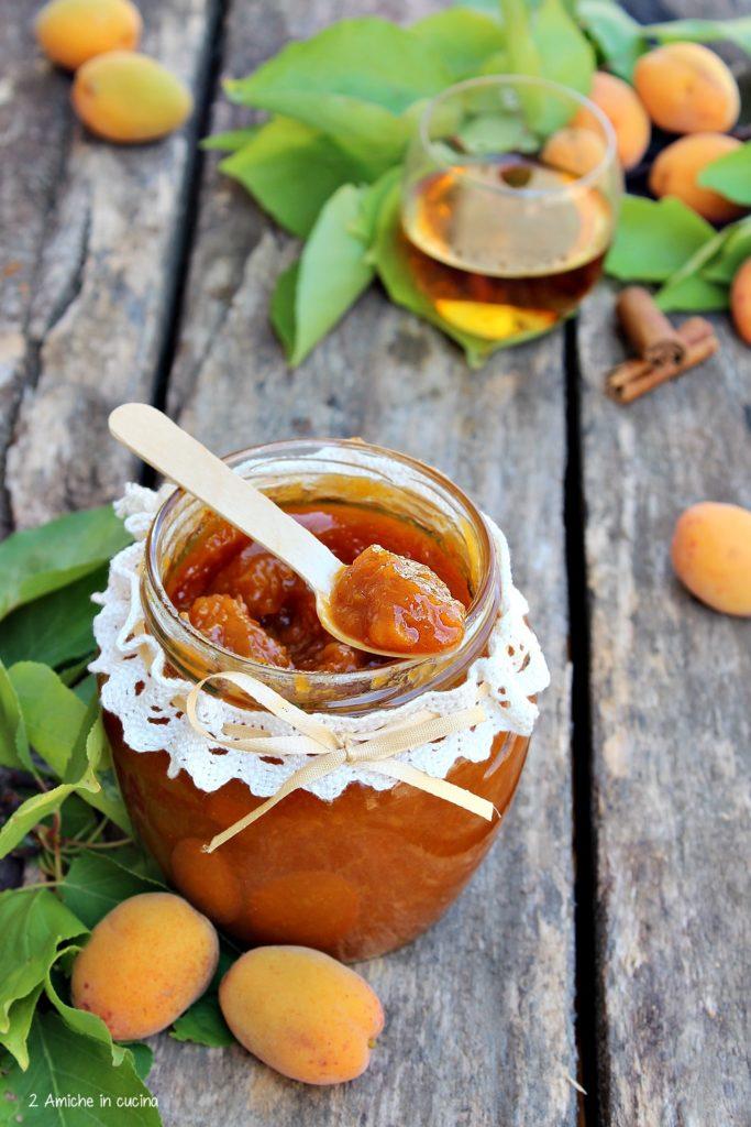 Confettura di albicocche fatta in casa  aromatizzata con rum e cannella