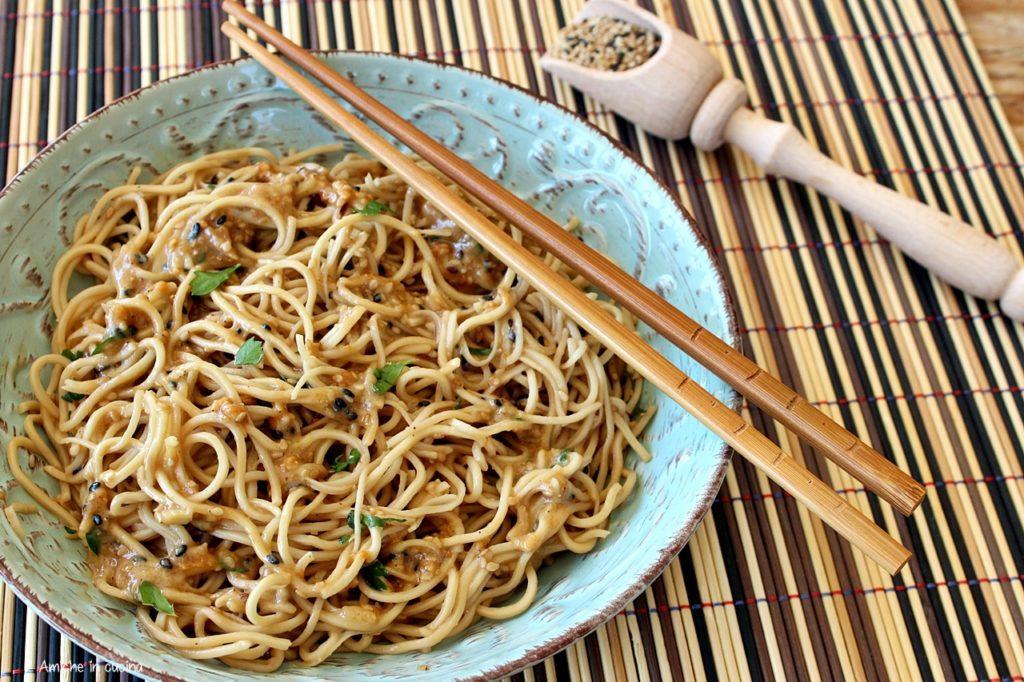 Noodles alle arachidi e sesamo