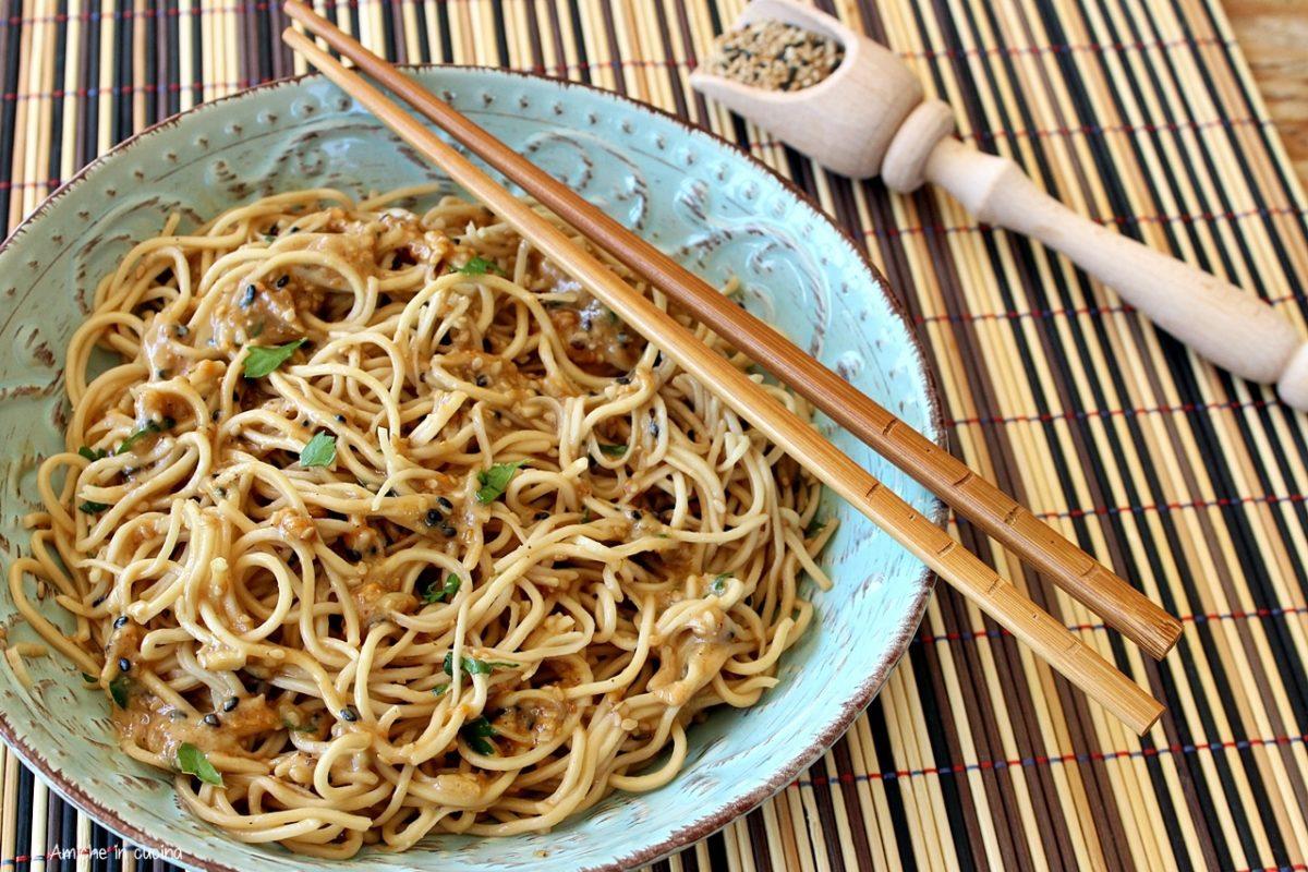 Noodles alle arachidi e sesamo, piatto tipico thai