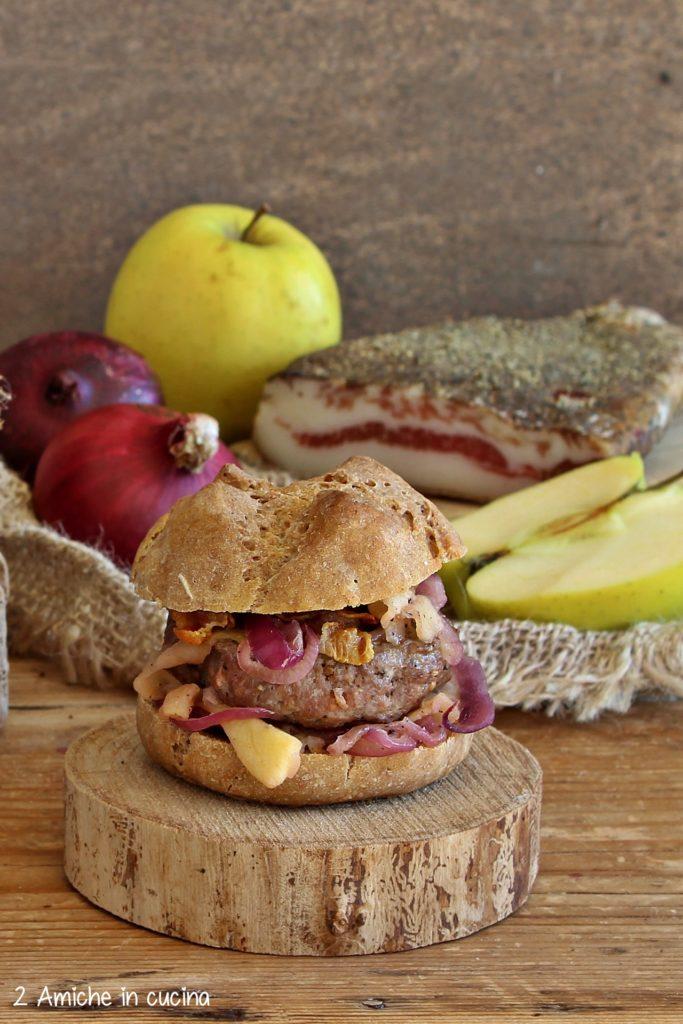 panino di segale con hamburger alla senape, mele e cipolle al burro e timo, guanciale croccante