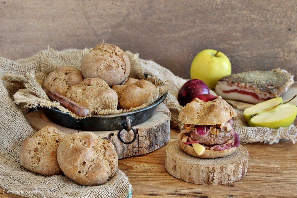 Panino di segale con hamburger, mele, cipolle e guanciale