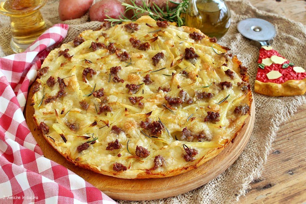 pizza in teglia con patate e salsicce