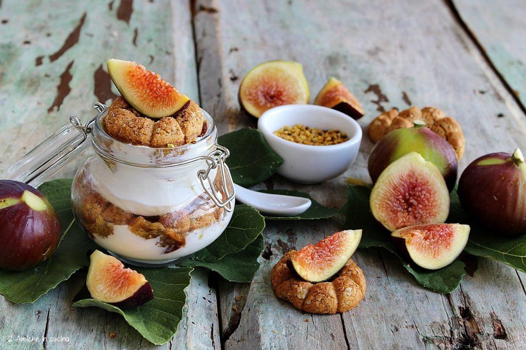 Yogurt greco con fichi, biscotti e polline