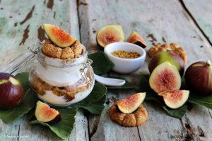 Vasetti con yogurt, biscotti, fichi e polline