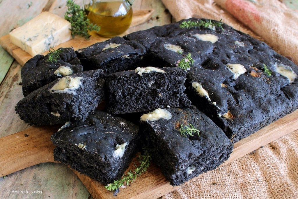 Focaccia al carbone vegetale