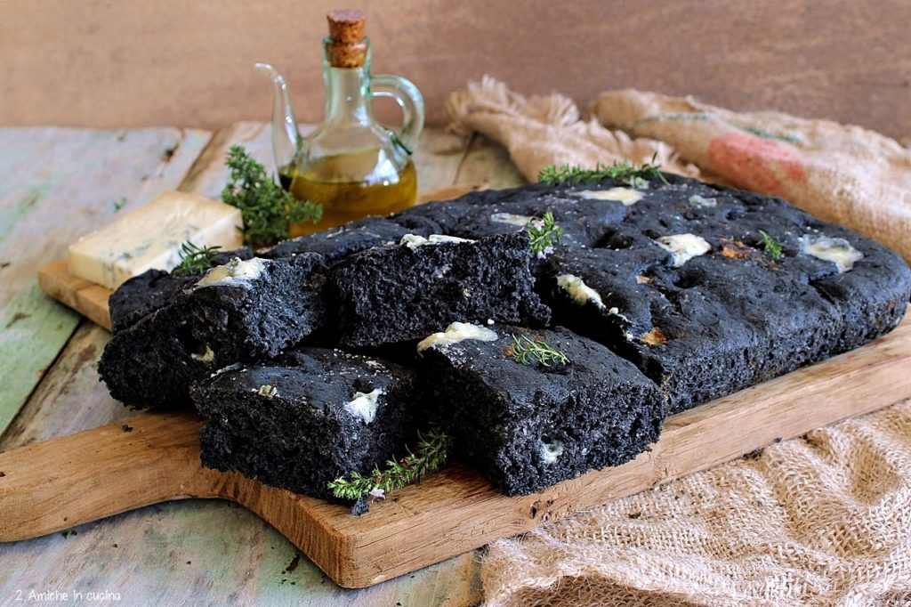 Focaccia al carbone vegetale con gorgonzola e timo