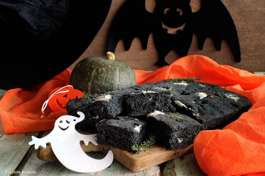 Focaccia nera con gorgonzola, ricetta per Halloween
