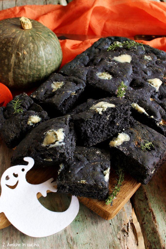 Focaccia nera al carbone vegetale e gorgonzola, ricetta per Halloween e non solo