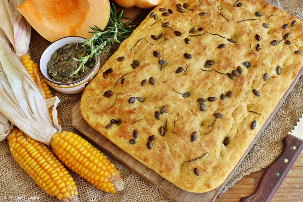 Focaccia alla zucca e mais con rosmarino e semi