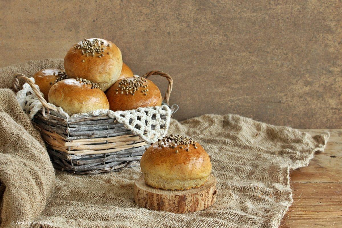 Panini soffici da hamburger con farina di canapa, ricetta senza lattosio