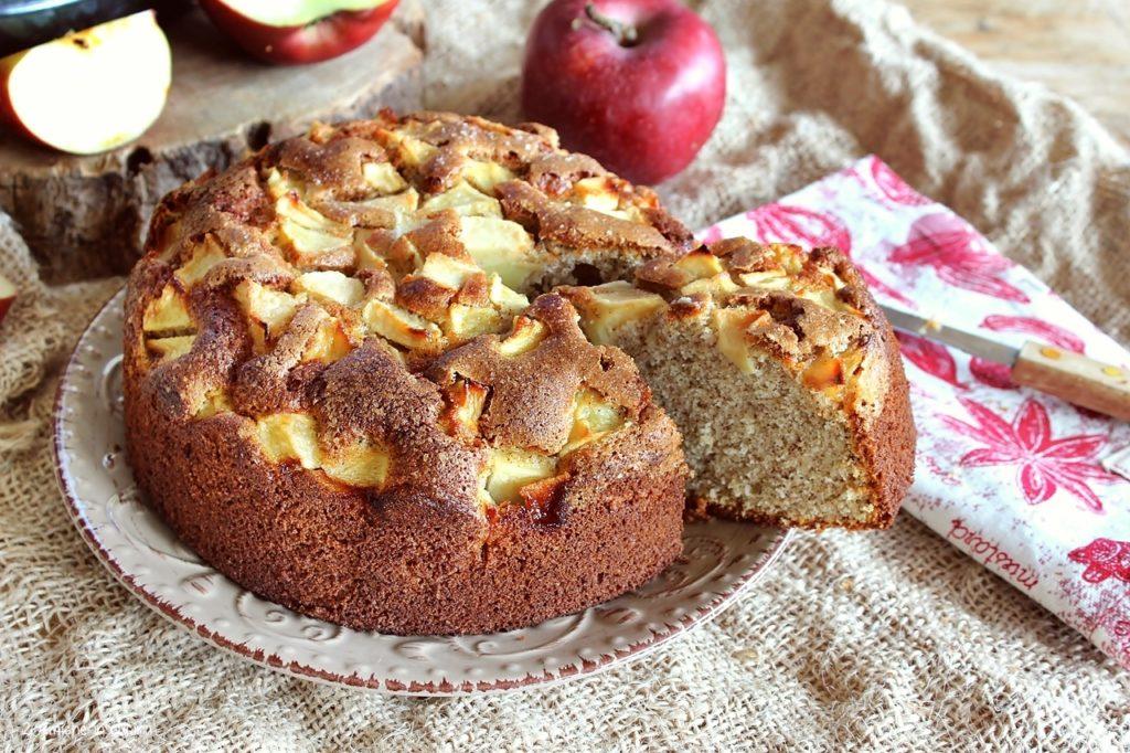 Fetta di torta di mele con farina di roveja di Civita di Cascia