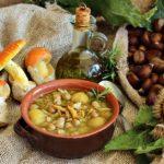 zuppa vegan con ceci, castagne e funghi ovoli