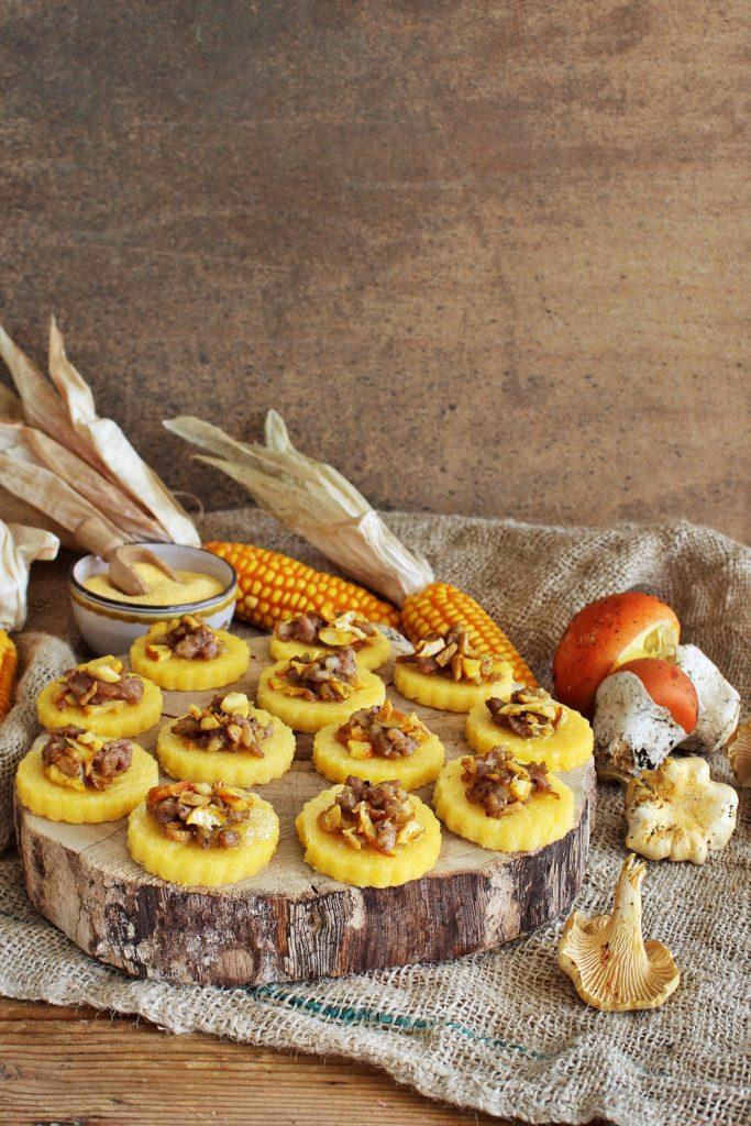 Tagliere con finger food di polenta e funghi