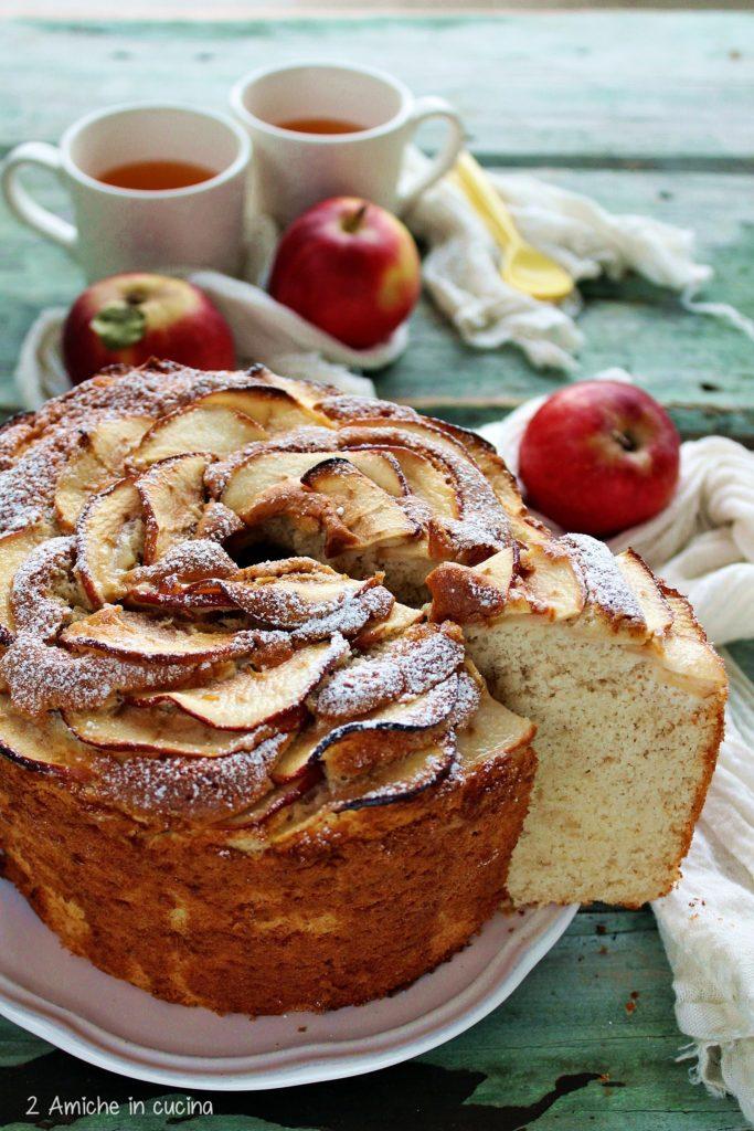 Chiffon cake alle mele disposte come petali di rosa