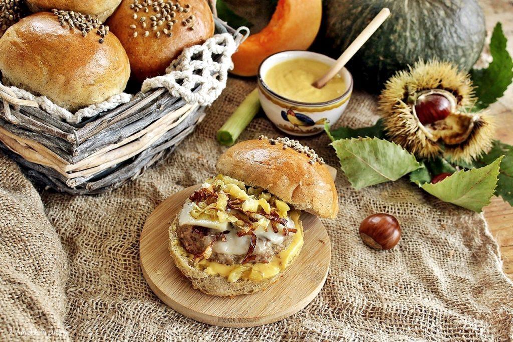 Panino alla canapa con hamburger, castagne e maionese alla zucca
