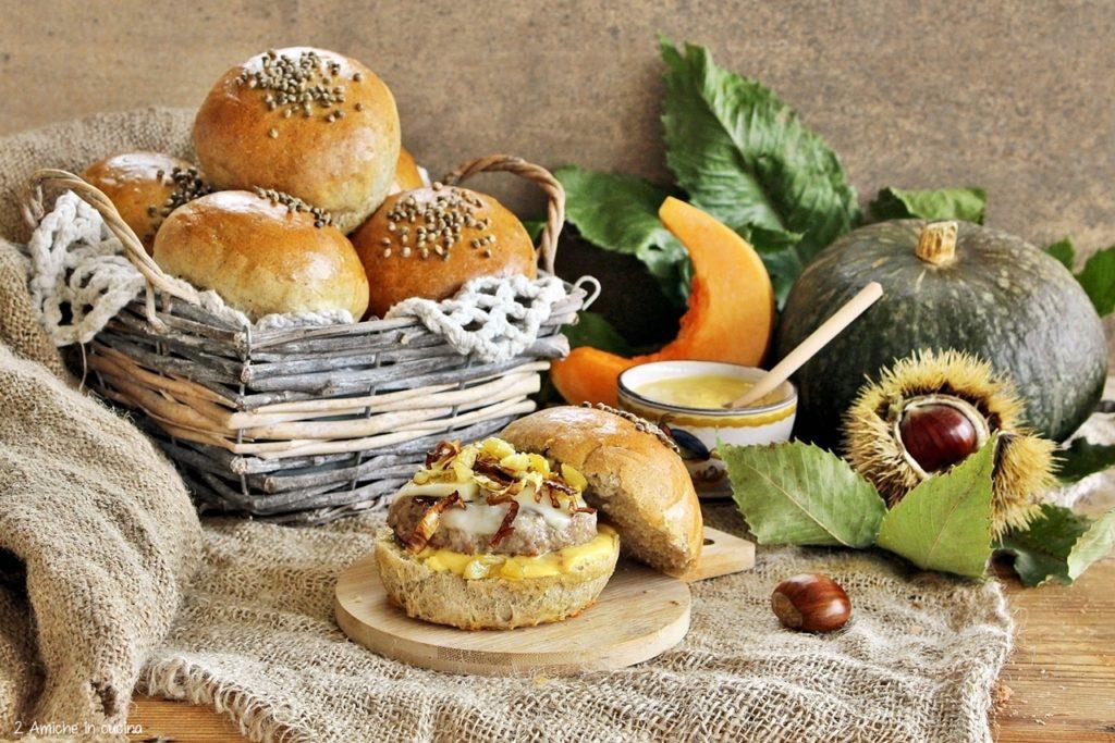 Hamburger con panino di canapa, maionese alla zucca e castagne