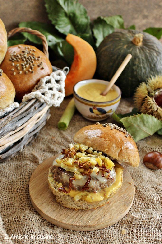 Panino autunnale con hamburger, zucca e castagne