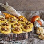finger food autunnale con polenta e, salsiccia e funghi