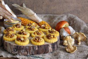 Crostini di polenta ai funghi e salsiccia