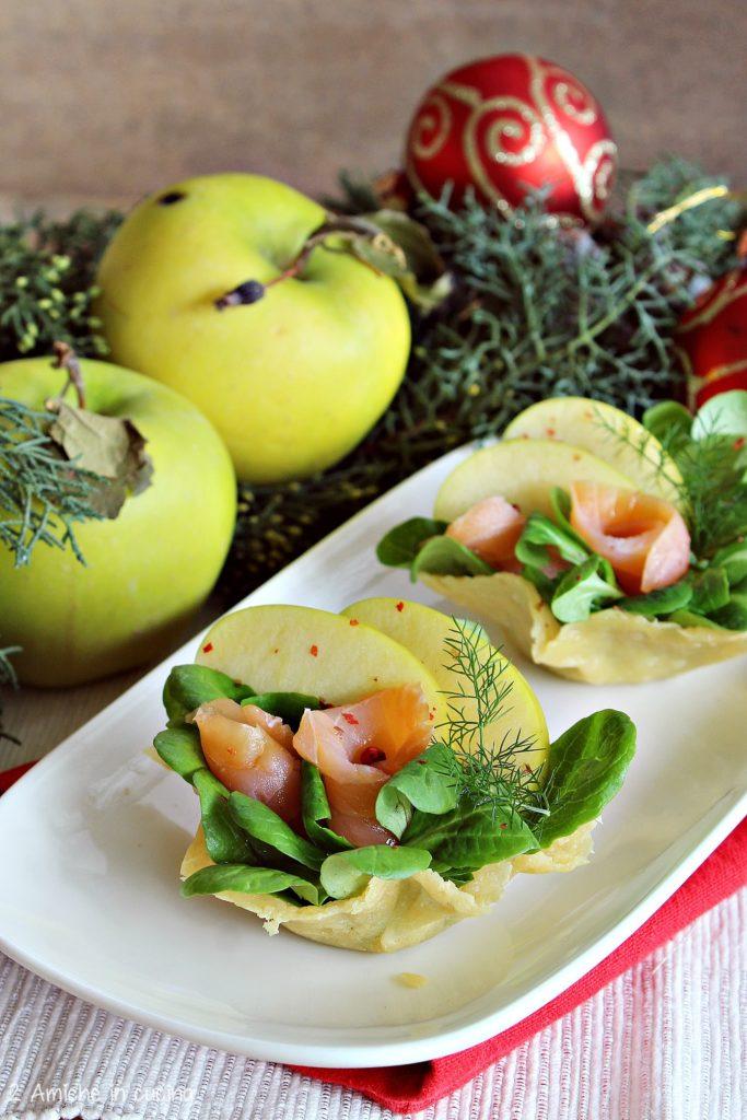 Cestini di parmigiano con valeriana, salmone affumicato e mela Smeralda