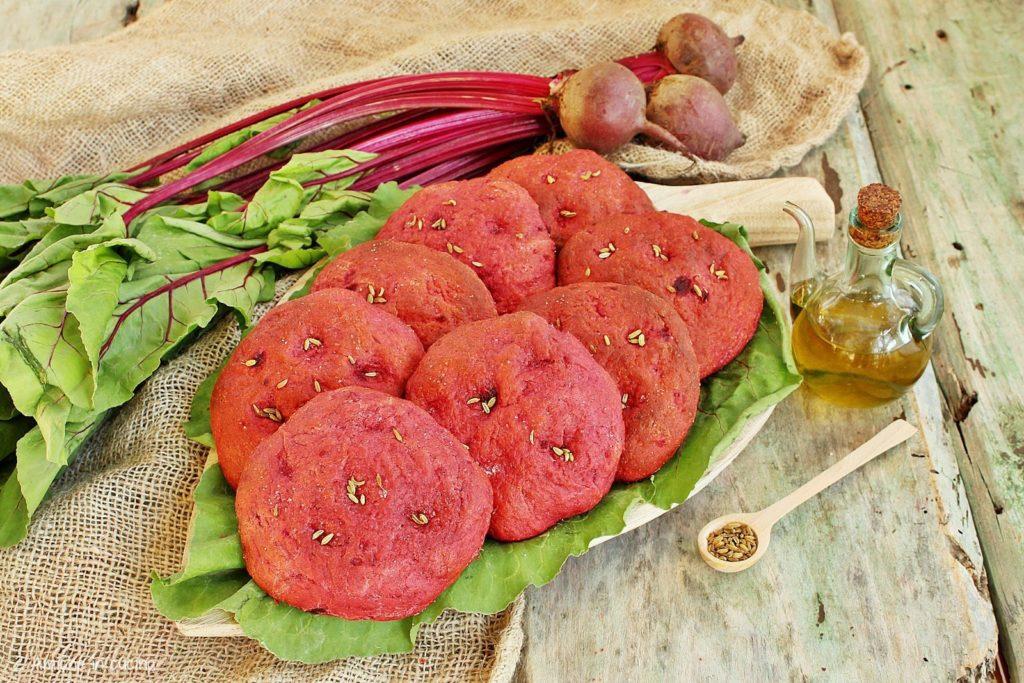Focaccine alla barbabietola rossa e semi di finocchio