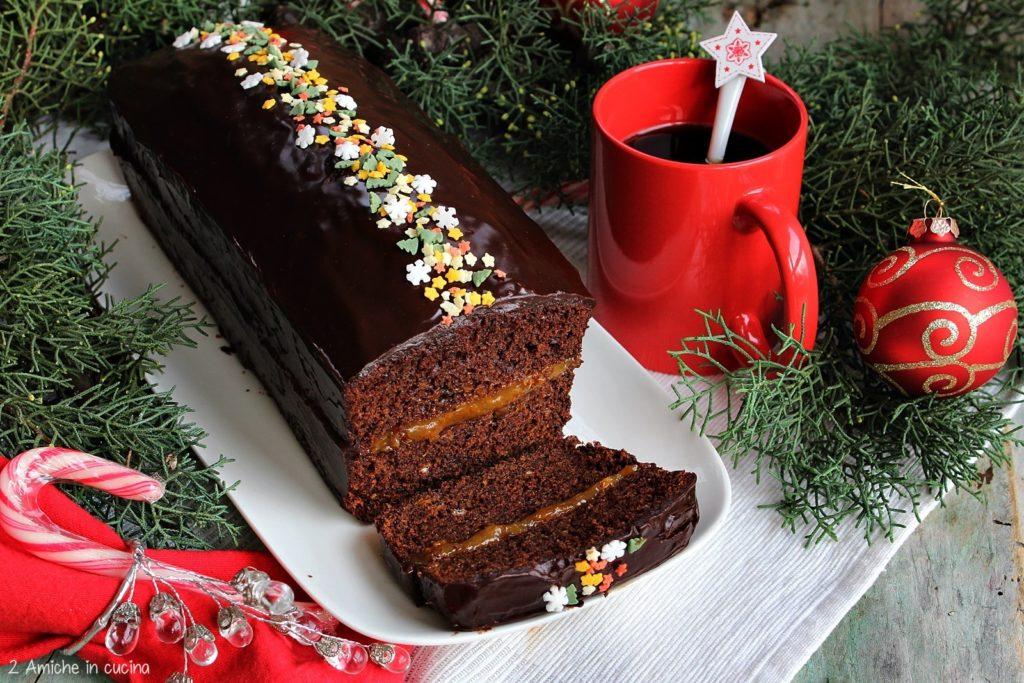 Piernik al caffè d'orzo, dolce tipico polacco di Natale con confettura di prugne e glassa al cioccolato fondente.