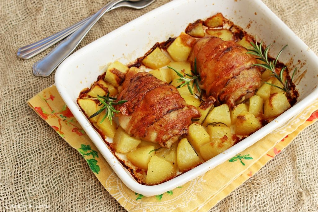 Cosce di pollo alle erbe aromatiche e guanciale con patate al forno.