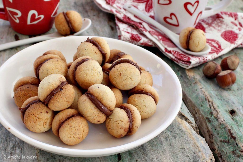 Baci di dama con nocciole e Nutella