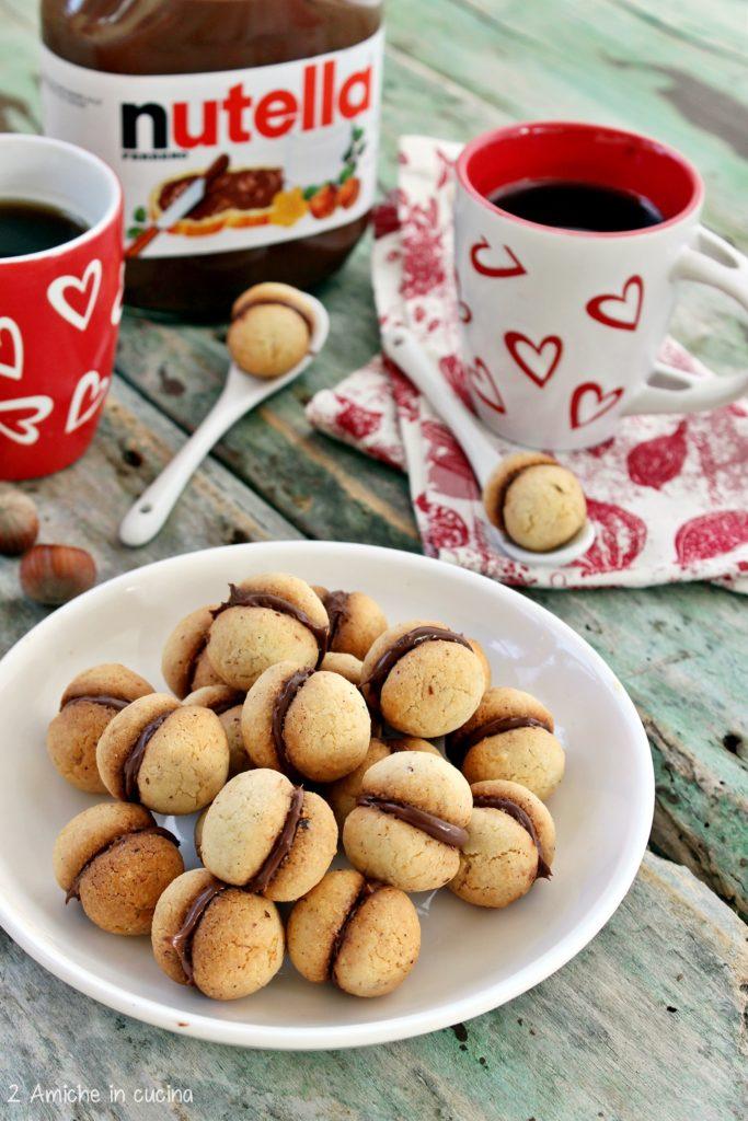 Biscotti senza glutine alle nocciole farciti con Nutella
