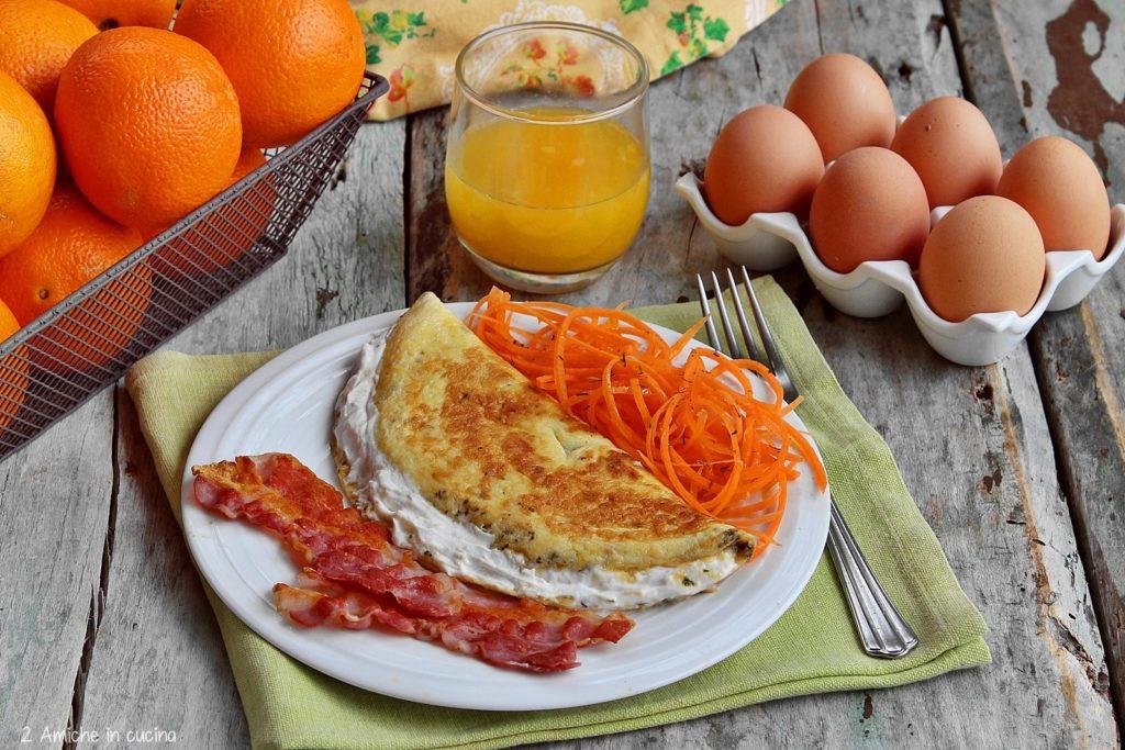 Colazione salata con omelette, bacon e carote