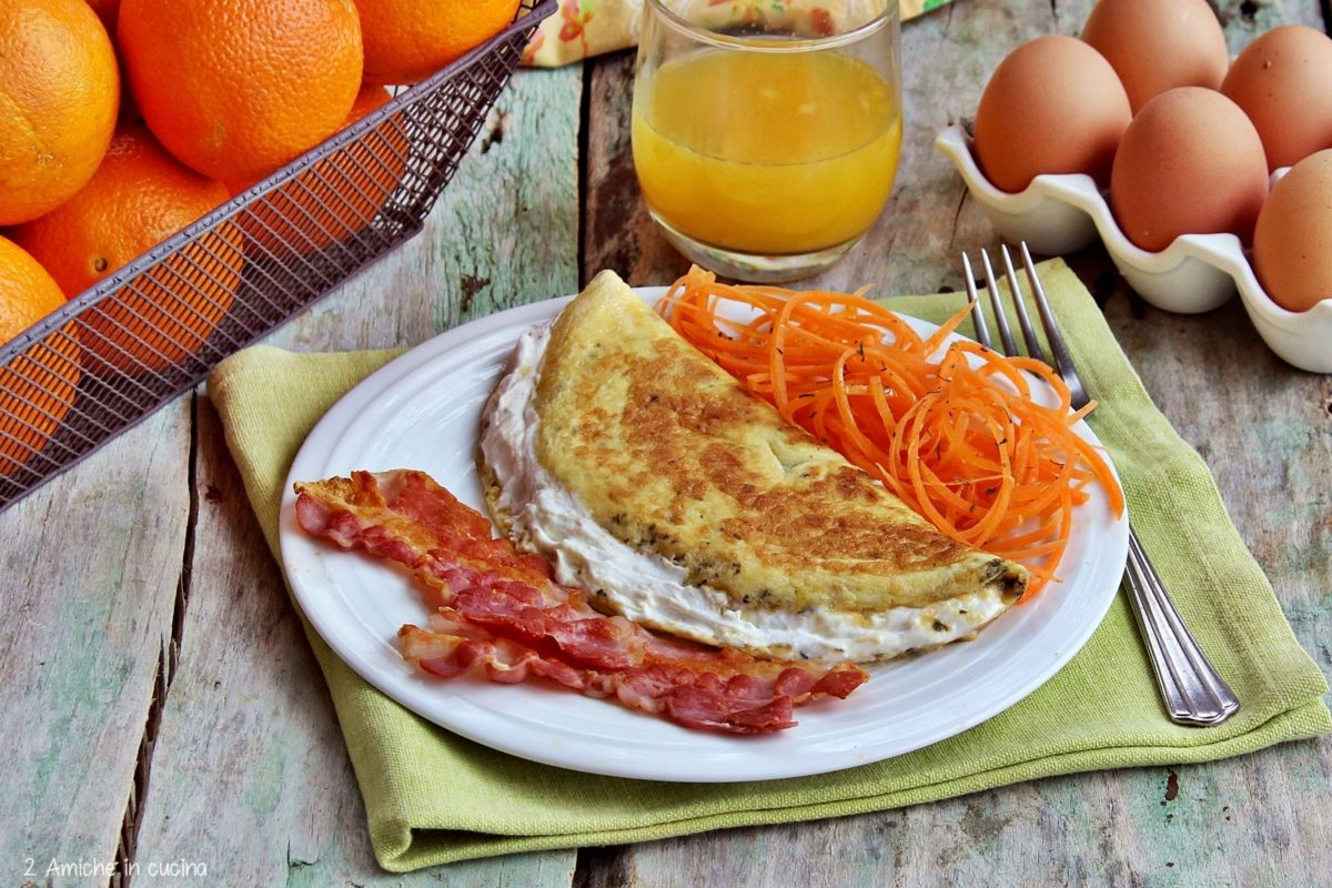 Colazione salata con omelette e bacon