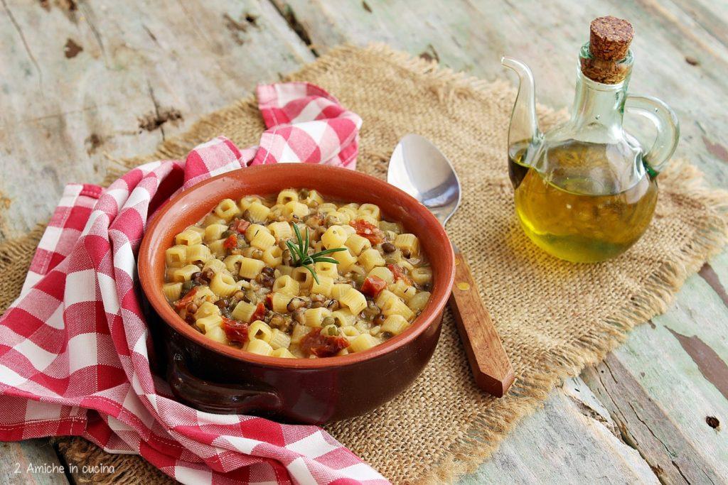Pasta e patate con fagioli mung e pomodori secchi
