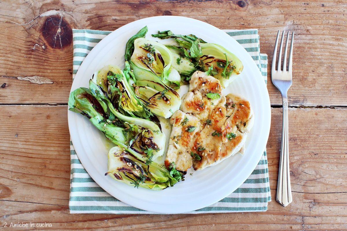 petto di pollo grigliato con cavolo cinese, condito con olio extra vergine di oliva e gomasio