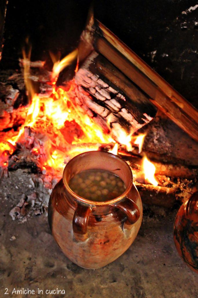 Pignata con i ceci, in cottura vicino al fuoco, tipico piatto salentino