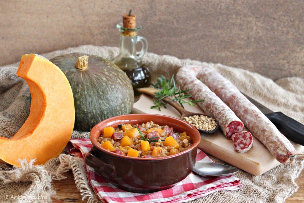 Zuppa di farro con zucca, salame Clai e erbe aromatiche, ricetta senza lattosio