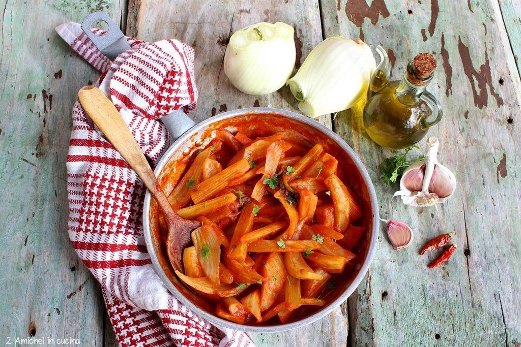 Padellata di finocchi al pomodoro, con aglio e peperoncino