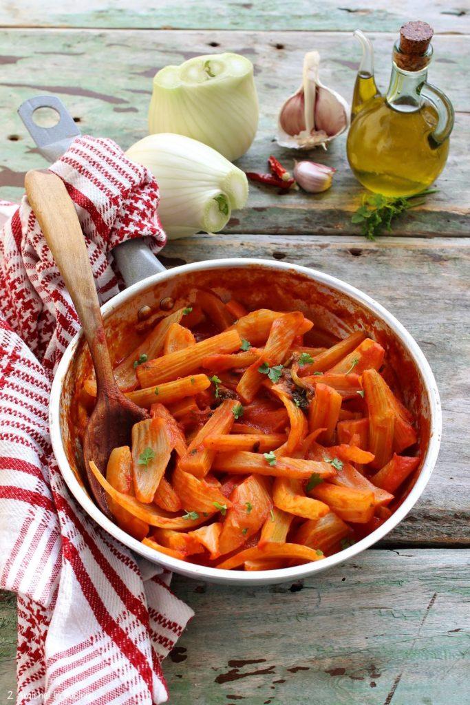 cuocere in padella le foglie dei finocchi con pomodoro