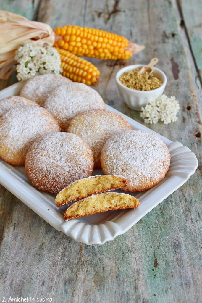 Biscotti al mais tipici lombardi preparati per la ricorrenza di San Giorgio