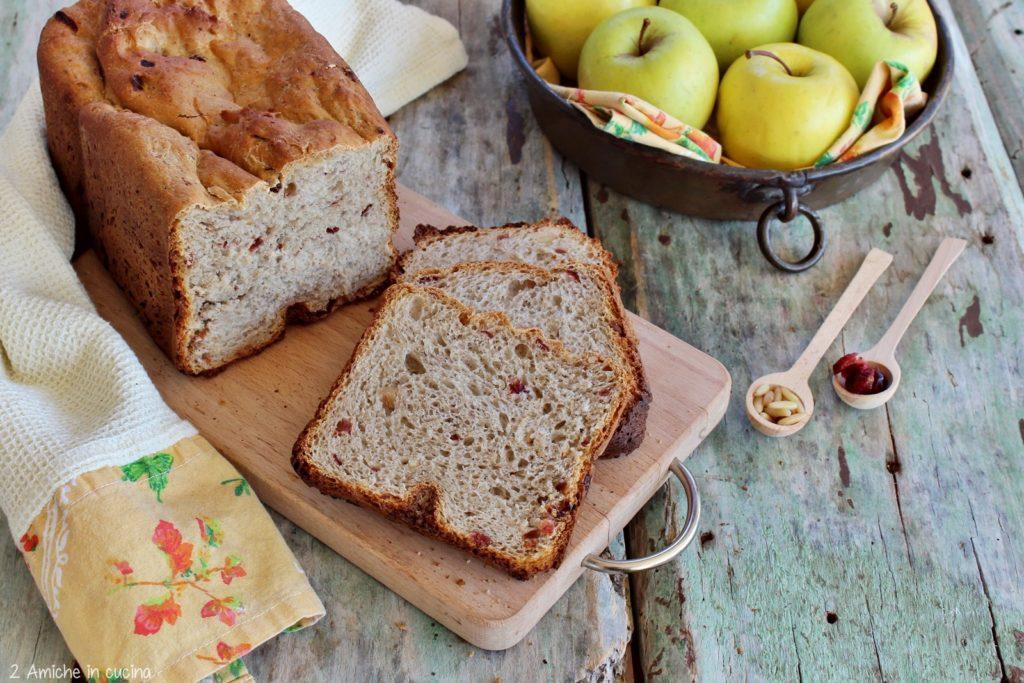 Pane alle mele con mirtilli, avena e pimento con la macchina del pane